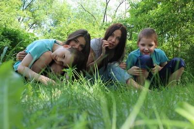 На фото - Наталья с детьми